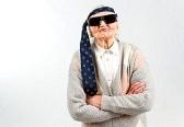 32432129-studio-portarit-divertente-della-nonna-con-una-cravatta-sulla-fronte